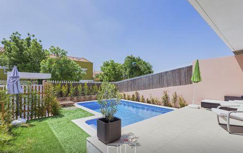 Vista da piscina e jardim