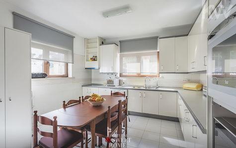 Cozinha ampla parcialmente equipada