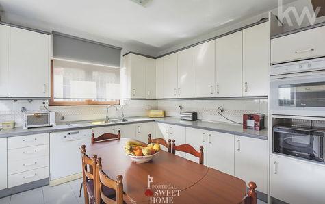 Cozinha ampla (17,6m2), parcialmente equipada