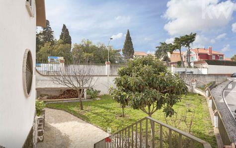 Vista do jardim (c/área suficiente p/ instalação de uma piscina)