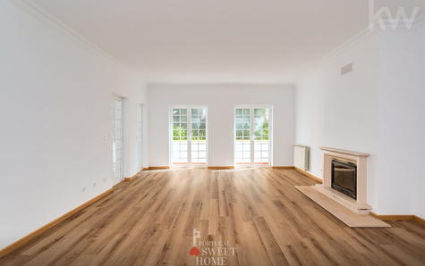 Large and bright room with fireplace