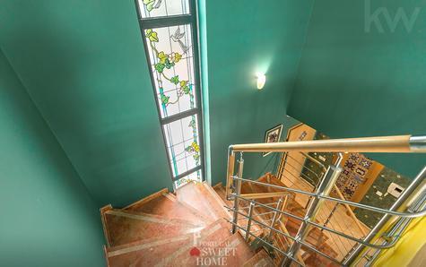 Escalier d'accès à l'étage supérieur