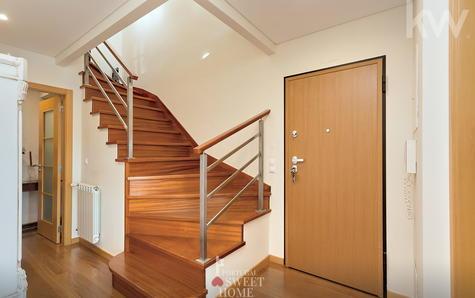 Entrée et hall en duplex à l'étage inférieur