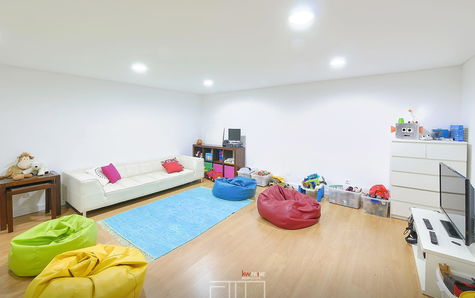 Children's lounge located on the floor -1